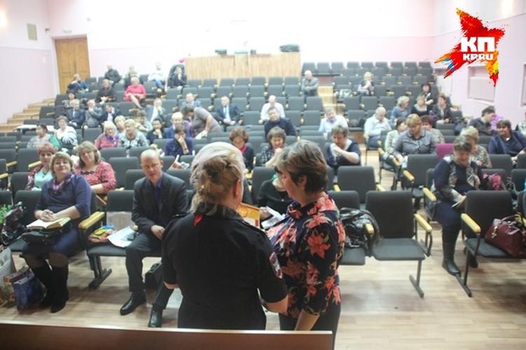 Сотрудники краевого ГИБДД наградили почетными грамотами все школы, которые участвовали в конкурсе