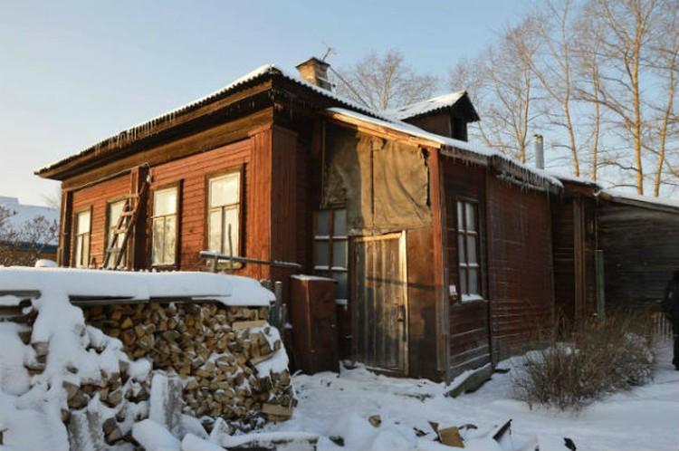 Бабушка жила в таком же, как она, старом доме.