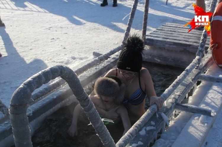 Многие брали детей на руки и шли с ними в студеную воду