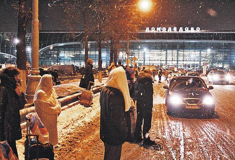 А кто-то по-прежнему наивно считает, что нужно выйти на улицу и уже там ловить такси. «Недорого». Фото: PhotoXPress.ru