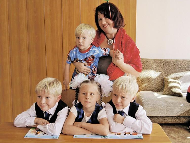Сейчас у Даши подрастают тройняшки - Саша, Маша и Сережа. Миша на четыре года моложе братьев и сестры. Фото: Эдвард ТАШТАНДИНОВ