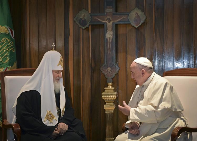 Примечательно, что между креслами Патриарха и Папы было установлено каноническое православное распятие, выполненное из дерева. Хотя Куба традиционно является сугубо католической страной
