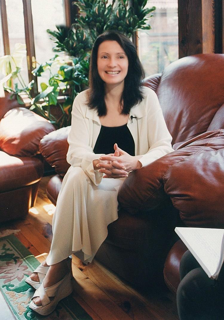 В ее гардеробе еще встречаются свитера толстой вязки и длинные юбки из трикотажа. Фото: EAST NEWS.