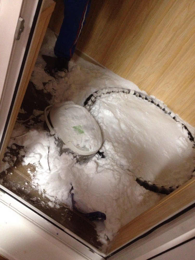 Соседи выгребают из дома снег лопатой до сих пор. фото: Лена Меркушева.