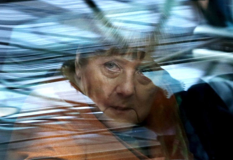 Что касается канцлера Ангелы Меркель, то в одном случае она просит о солидарности с беженцами, а в другом — бросает такого же просящего на произвол судьбы