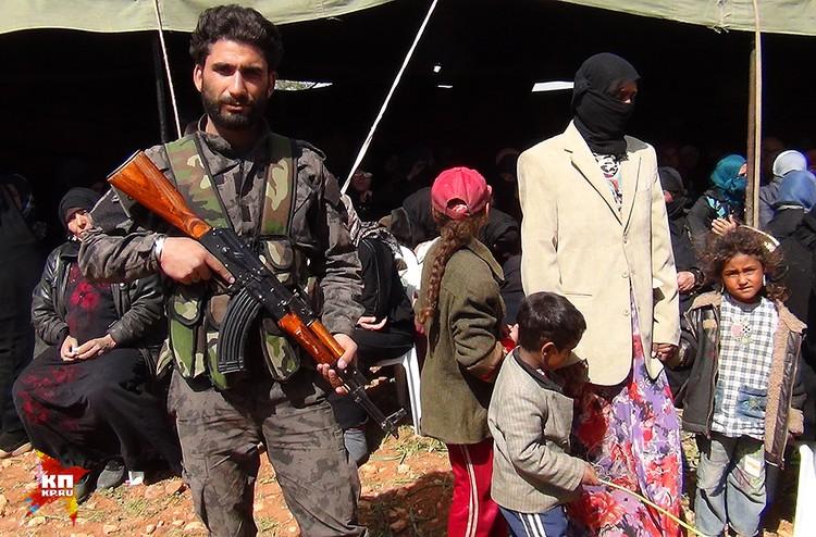Все понимают, что для местных жителей остаться без оружия при такой близости террористов сейчас слишком опасно
