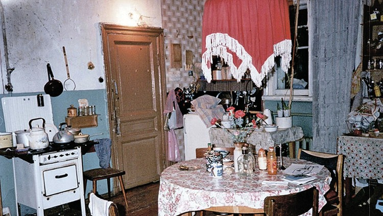 Знаменитая кухня в коммуналке, где жил Борис Гребенщиков. Каких гостей она только не видела! Фото: joannastingray.com