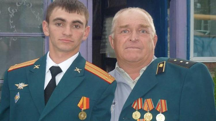 В семье Александра было много военных, на фото он с одним из дальних родственников.