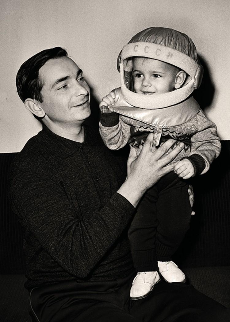 Космический попутчик Валентины Терешковой (они летали в одно время, но в разных кораблях) Валерий Быковский ссыном Валерием, 1963 г.