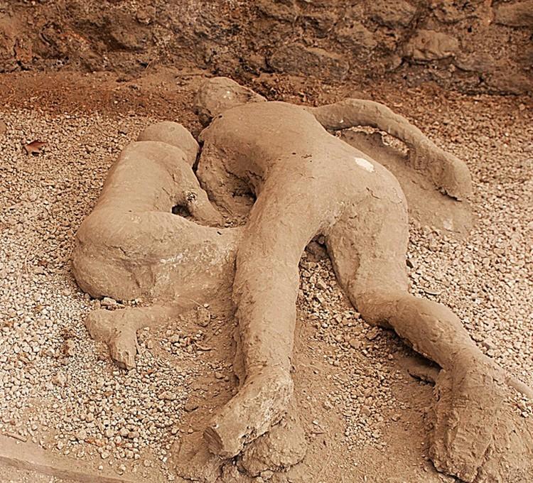 Окаеневшие останки жителей Помпеи.