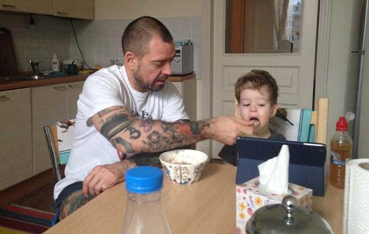... а двухлетний Макар пока не спешит к самостоятельной жизни, наслаждаясь заботой родителей. Фото: личный архив.