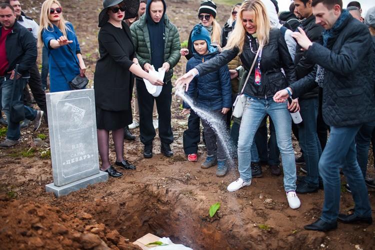 Вместо земли гроб осыпали солью. Фото:  пресс-служба гастрономического фестиваля Gastreet