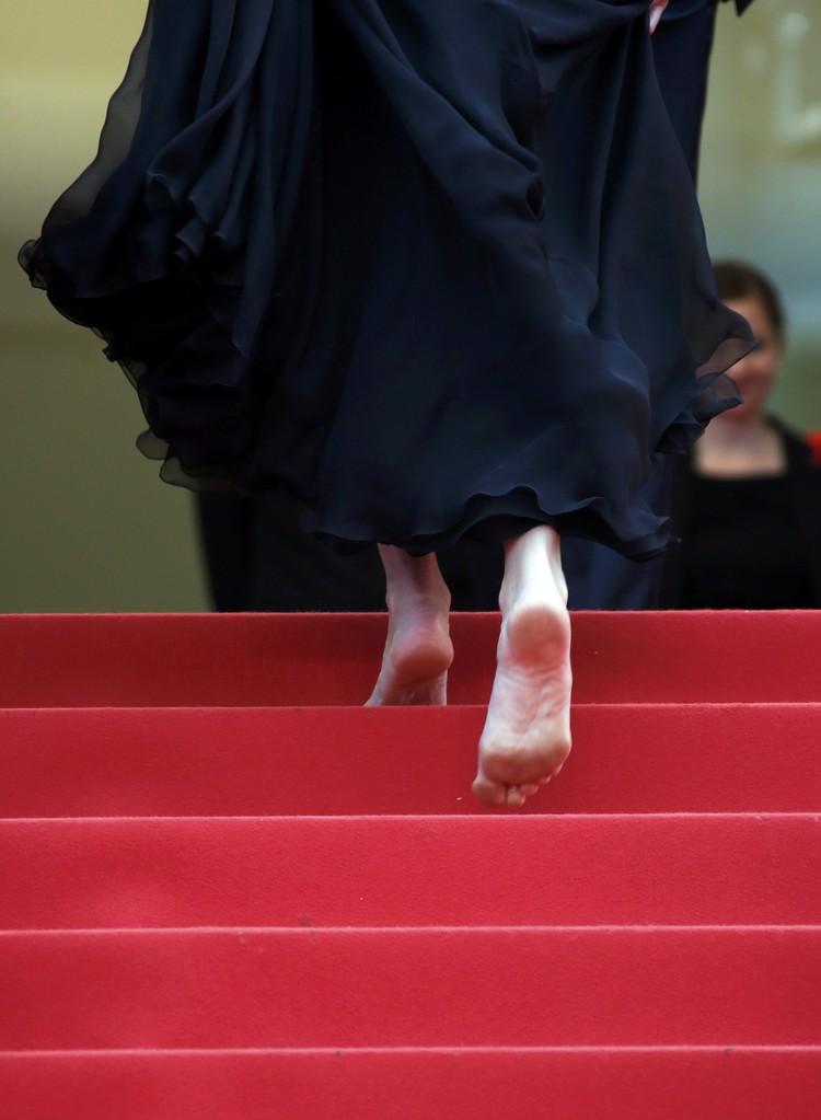 ...и прошлепала по ступенькам босыми ногами.