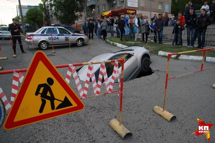 Автомобиль провалился на проспекте Красноармейском в Барнауле