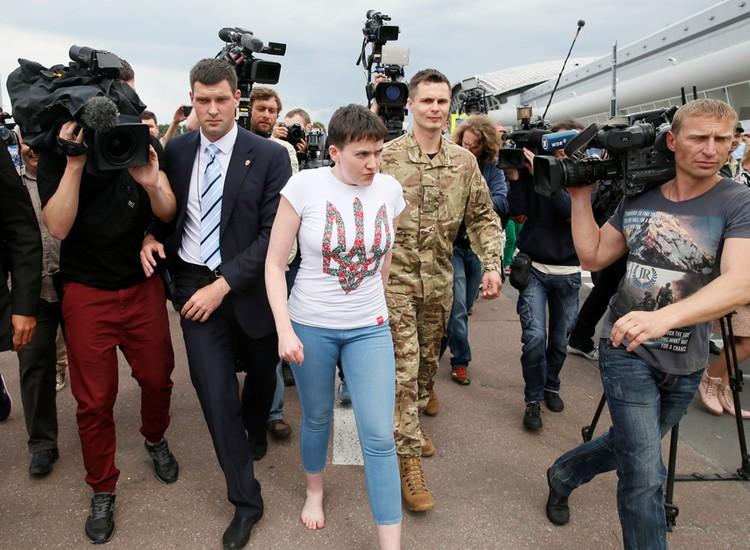 Встречающих Савченко поразила тем, что предстала перед ними босиком