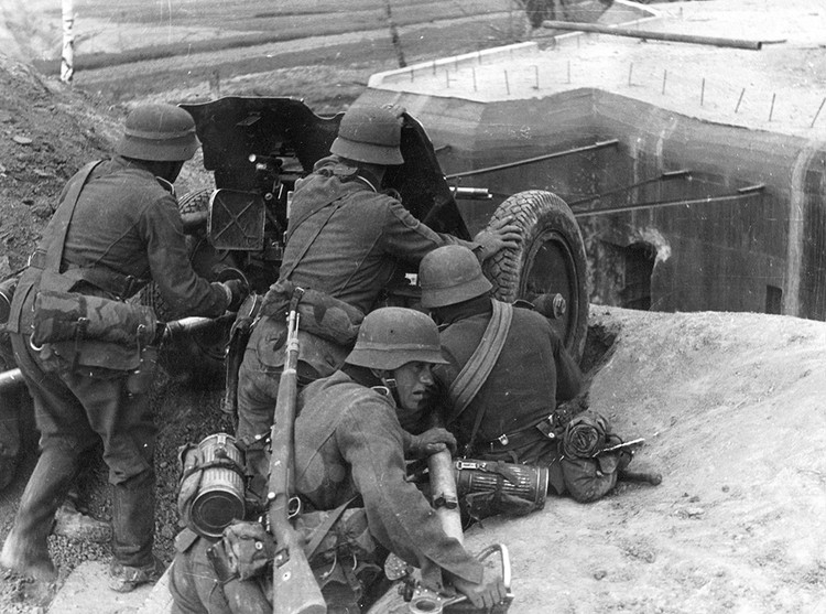 Немецкие атаки методично повторялись одна за другой