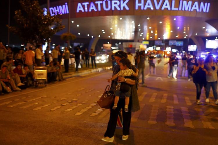 Люди покидают здание аэропорта после взрывов
