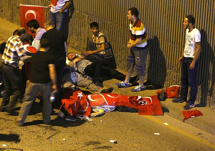 Жертвы ночных перестрелок на улицах Анкары.
