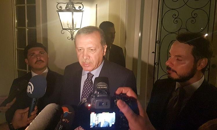 По некоторым данным, Москва даже передала Анкаре сведения о приближении вертолетов к отелю, где находился президент Эрдоган
