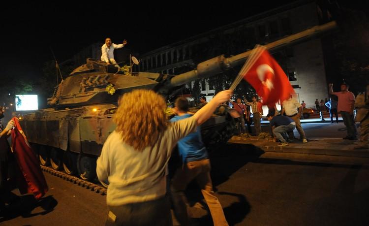Жертвами столкновений тогда стали 290 человек, около 1500 получили ранения