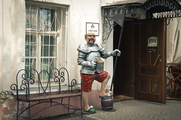 В начале улицы Кирова у входа в кафе «Амбар» посетителей приветствует рыцарь с кружечкой пенного пива в руке.