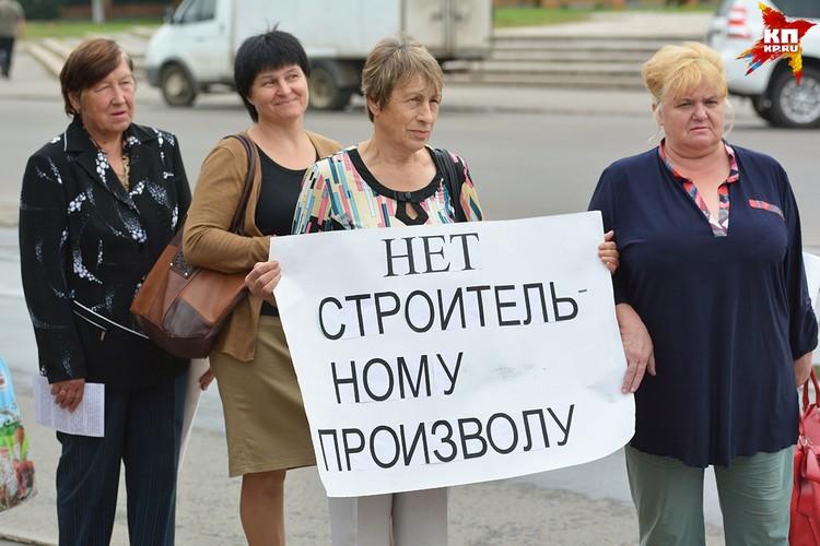 Жители тоже пришли с плакатами.