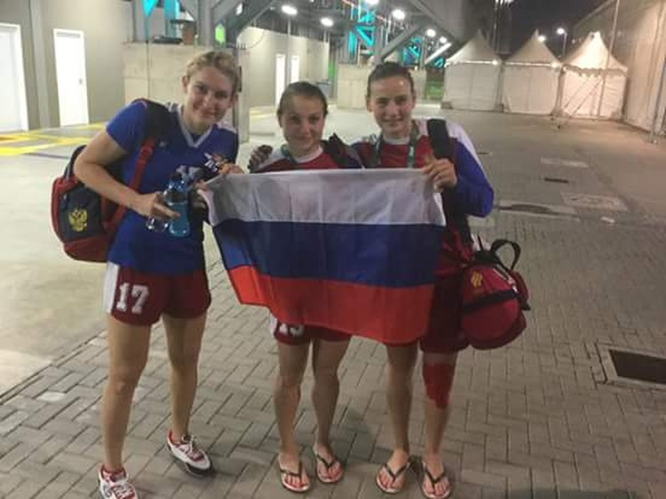 Владлена Бобровникова (слева), Марина Судакова и Майя Петрова: Победааа! Фото: Сергей Приголовкин.