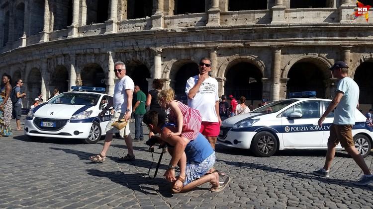 После терактов в Европе полицейские в Риме везде, даже возле знаменитого Колизея.