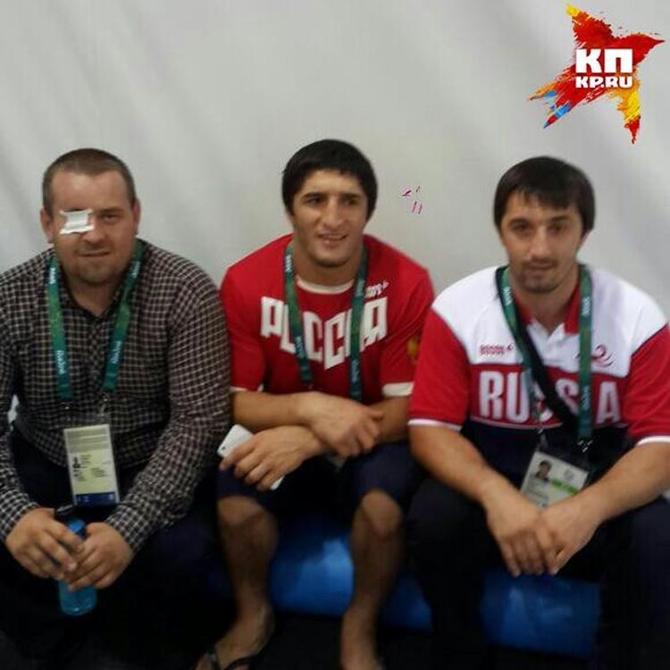 Абдулрашид сразу после награждения со старшим (справа) и двоюродным братом (слева), которые приехали поддержать его в РИО