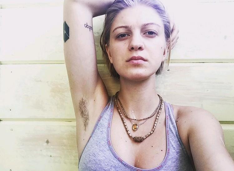 Леся Рябцева выложила в соцсети свой манифест и «окартинила» своим фото с небритыми подмышками.