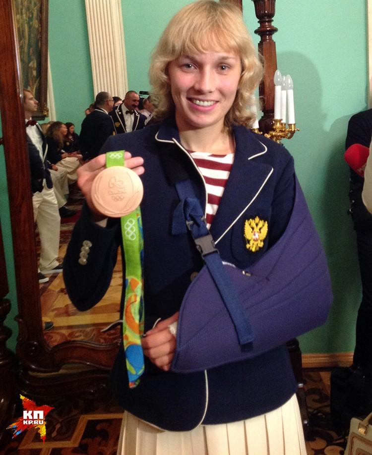 Получившая в Рио травму спортсменка пришла на церемонию награждения олимпийцев с забинтованной рукой