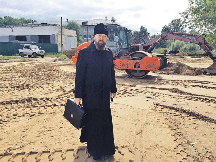Епископ Бежецкий и Весьегонский Филарет пытается убедить местных жителей, что строить нужно на совесть. На века.
