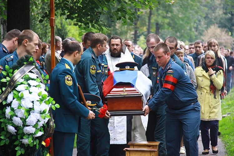 Несколько сотен сотрудников МЧС пришли проводить в последний путь Петра Кирьякова
