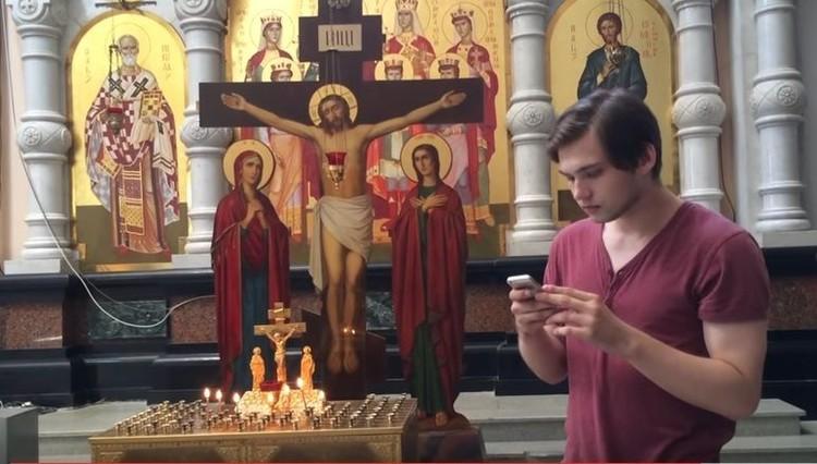 Следователи в понедельник объяснили, что Руслана хотят привлечь к ответственности не за то, что он ходил с телефоном по храму, а за то, какой видео он потом выложил в Сеть. Фото: кадр с видеоролика, сделанного Русланом Соколовским