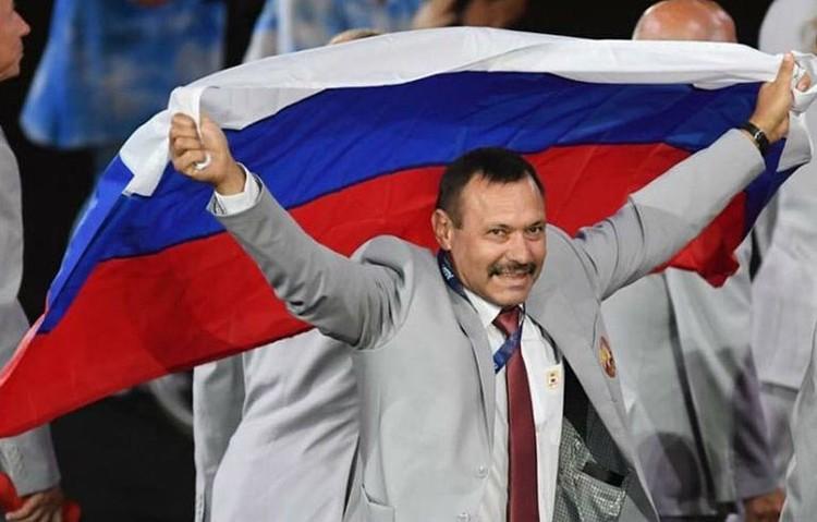 Флаг нес директор РЦОП по легкой атлетике Андрей Фомочкин. Фото: twitter.com
