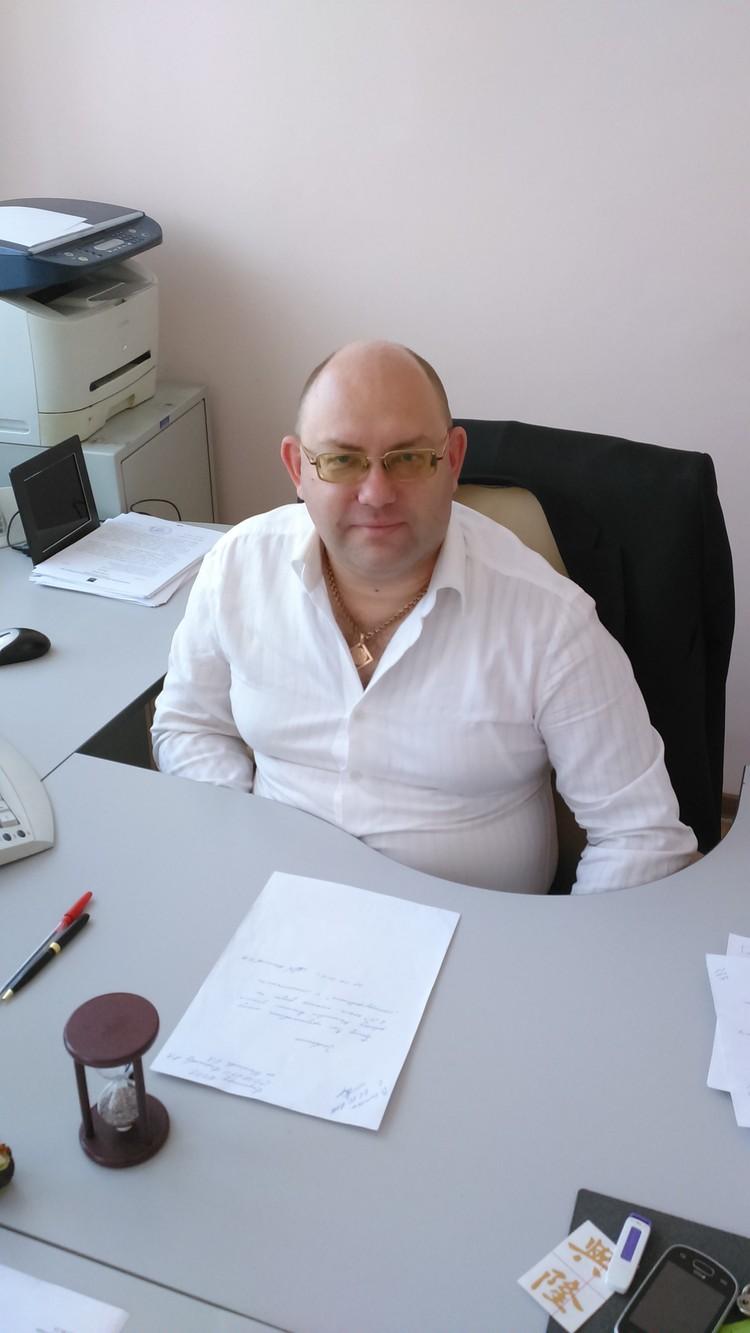 На рабочем месте в кабинете директора. Фото: Олег БЕЛОВ