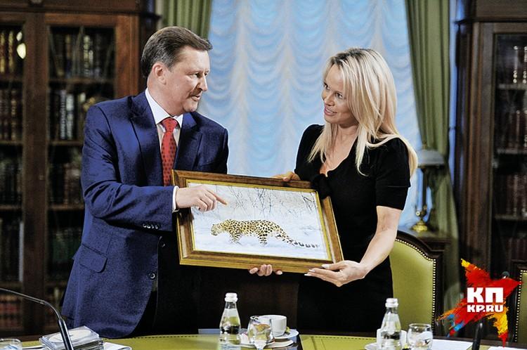 Когда Сергей Иванов еще занимал должность главы кремлевской администрации, к нему приехала рьяная защитница животных Памела Андерсон. Как оказалось, актриса тоже неравнодушна к леопардам.