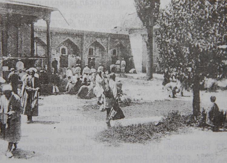 Сегодня благодаря сохранившимся уникальным фотографиям мы можем представить, как выглядела южная столица столетие с лишним назад. На фото - мечеть города Ош.