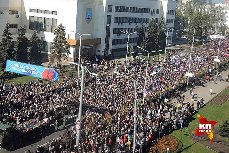 Траурное шествие собрало десятки тысяч человек. ФОТО Ольга ГАЛЬСКАЯ