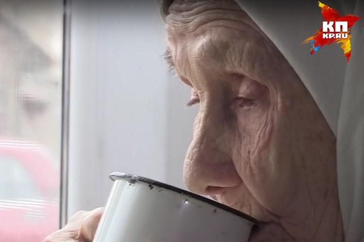 """90-летняя Анна Боброва теперь не хочет даже выходить из дома Ольги, говорит, что ей у соцработника уютно и тепло. Фото: скрин с видео""""Приемные старики"""", программа """"Живу в Ижевске"""", ТНТ, www.newregion.ru"""
