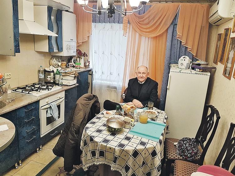 Глава района Виктор Шевцов до сих пор живет в квартире, полученной еще в 80-е годы.