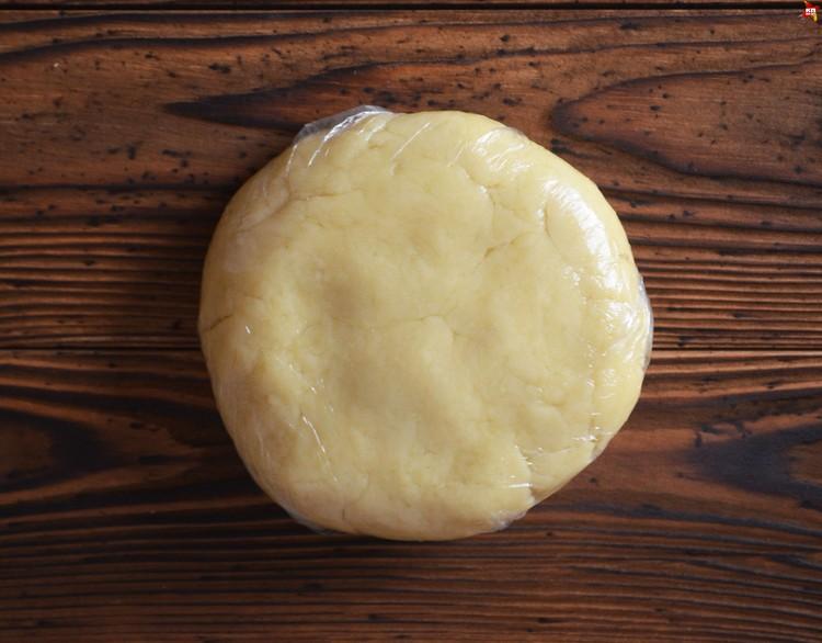 Скатываем его в шар и заворачиваем в пищевую пленку, слегка надавливаем, чтобы получилась лепешка, и отправляем в холодильник примерно на час