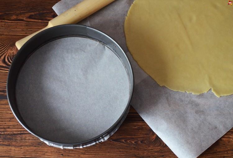 Достаем из холодильника охлажденное тесто и раскатываем его