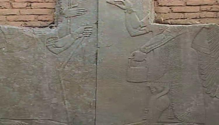 Плиты с древней клинописью, украшавшие стены древнего храмового комплекса...