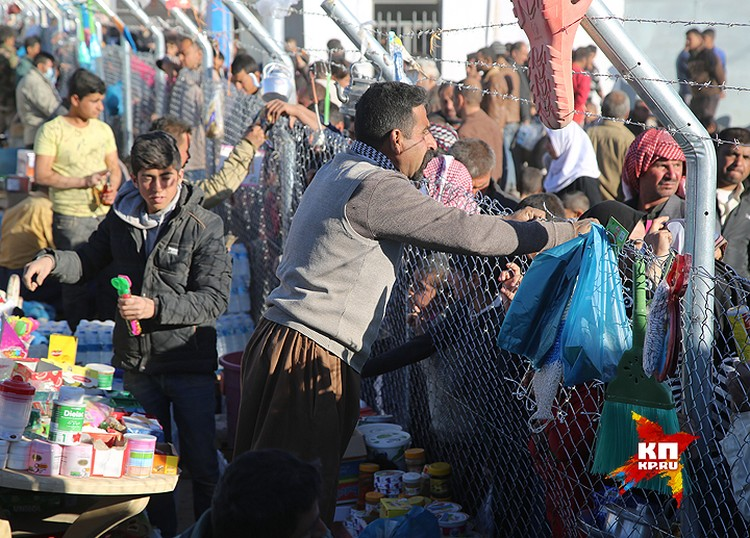 Предприимчивые курды организовали у ограды лагеря восточный базар.