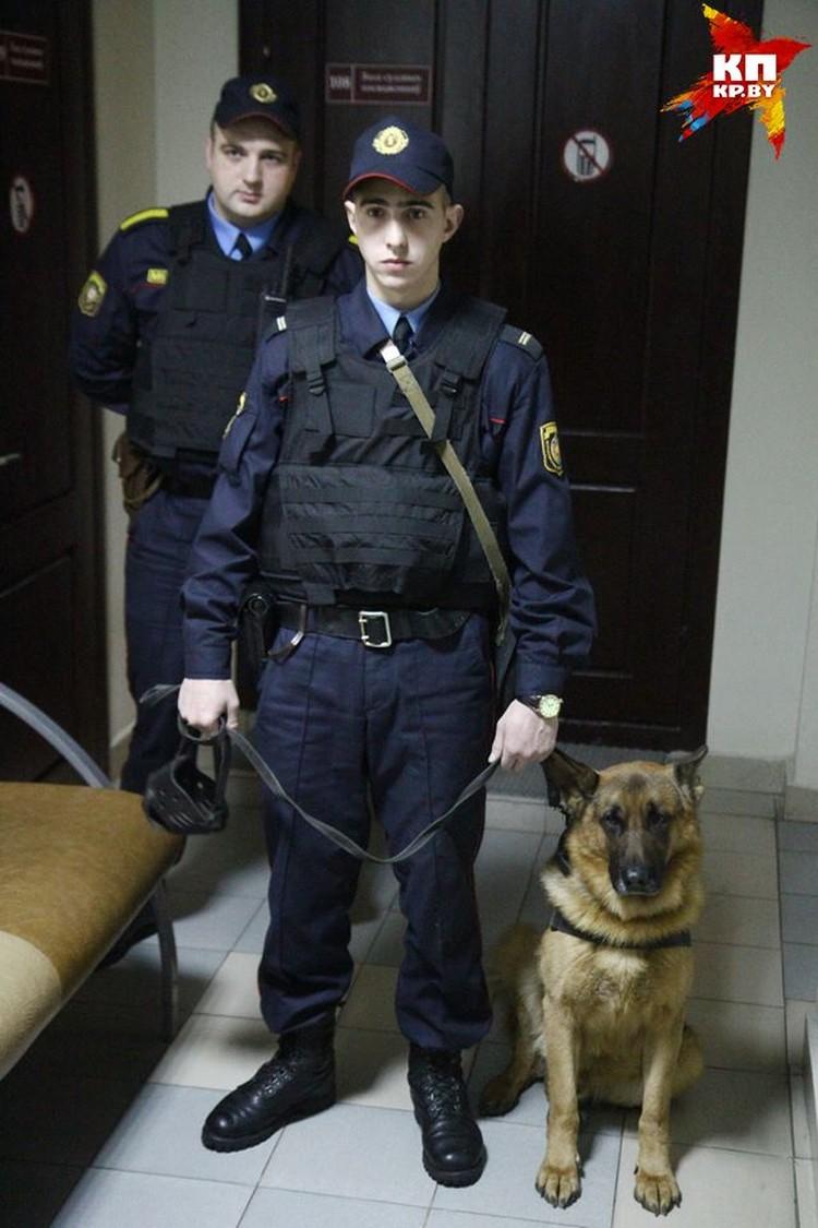 Пока в зал заводили обвиняемых, собака никого не подпускала к входу.