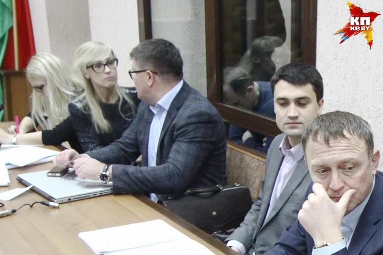 У Гарника Сарумянца (в клетке с опущенной головой) под ванной нашли 1,8 миллионов долларов.