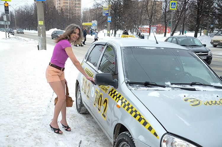 Галина с улыбкой рассказывает, что нередко граждане сочувствуют ей, предлагают одежду и приглашают подвезти на машине.