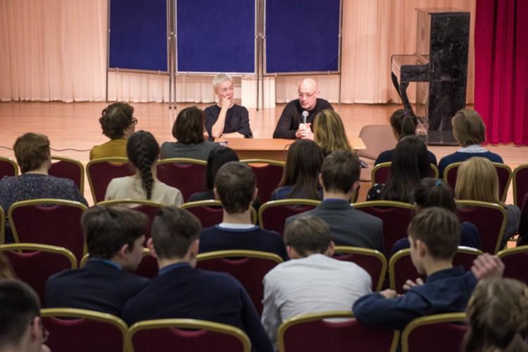 Дарья Мороз вместе с учредителем фонда Алексеем Мошковичем проинструктировали школьников