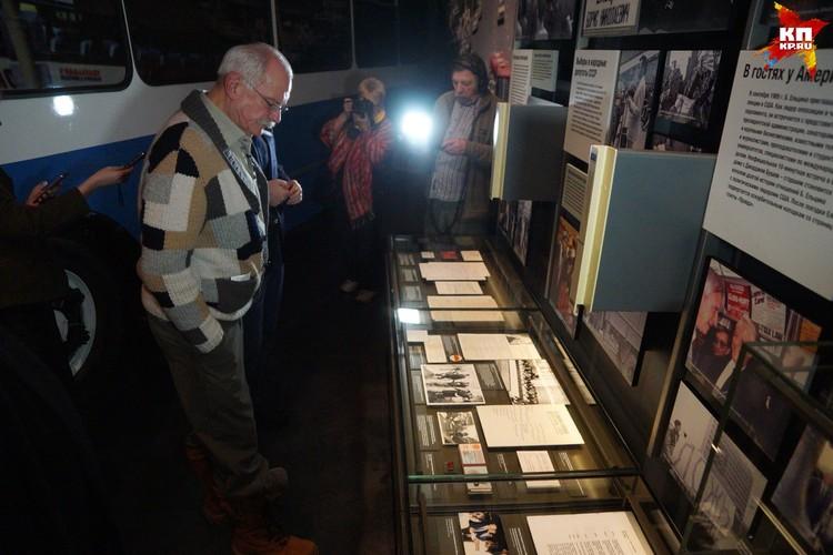 Никита Михалков внимательно осмотрел экспозицию